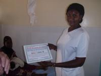 Aïcha et le diplome de reconnaissance offert à Racines d'Enfance